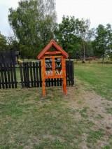 Před dětským hřištěm